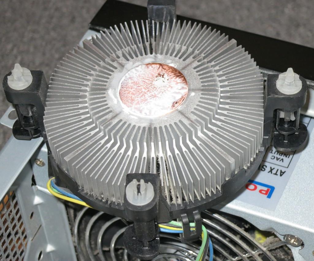 CPU-Kühler mit alter Wärmeleitpaste vor der Reinigung