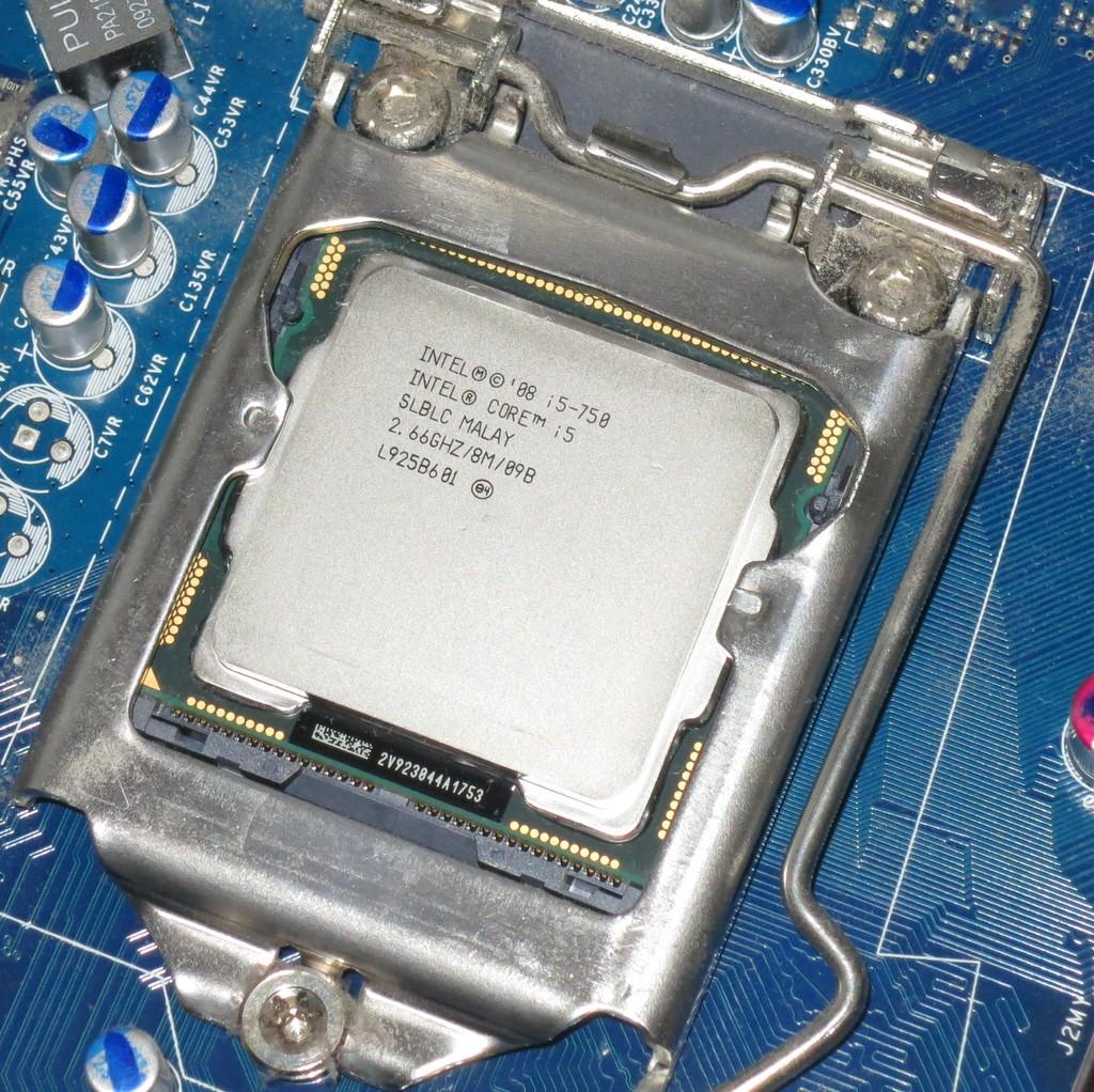 CPU-Oberfläche mit Waschbenzin gereinigt